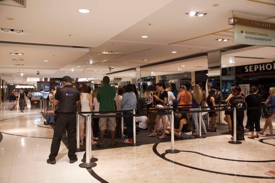A fila de espera na quinta-feira (20) pela manhã: nem uma queda de energia no shopping afugentou as clientes