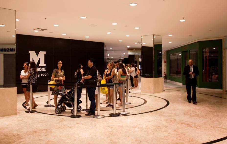 O terceiro trecho da fila, quase na área de restaurantes do shopping: espera média de três horas