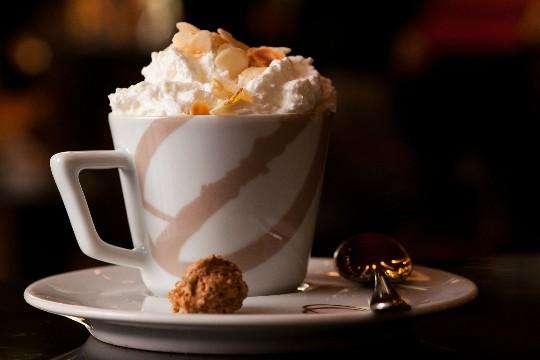 Sweet coffee: expresso, licor de café, espuma de maçã caramelada e lâminas de amêndoa tostada