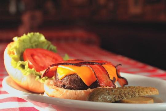 No P.J. Clarke's: o the cadillac combina hambúrguer de 200 gramas, queijo cheddar e bacon