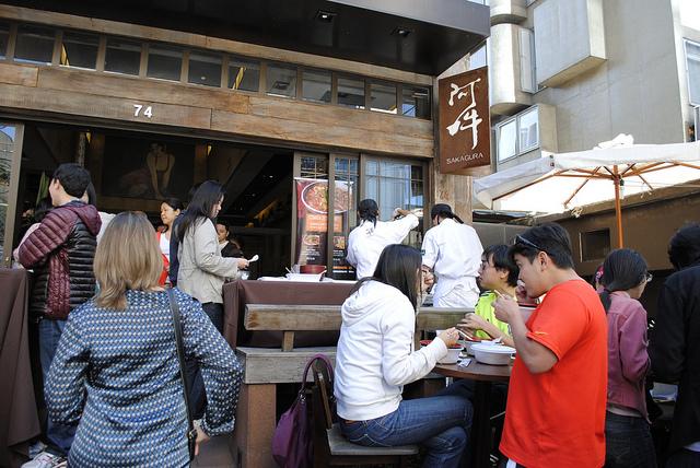 Comida de rua, né: barraca é montada em frente ao restaurante Sakagura A1