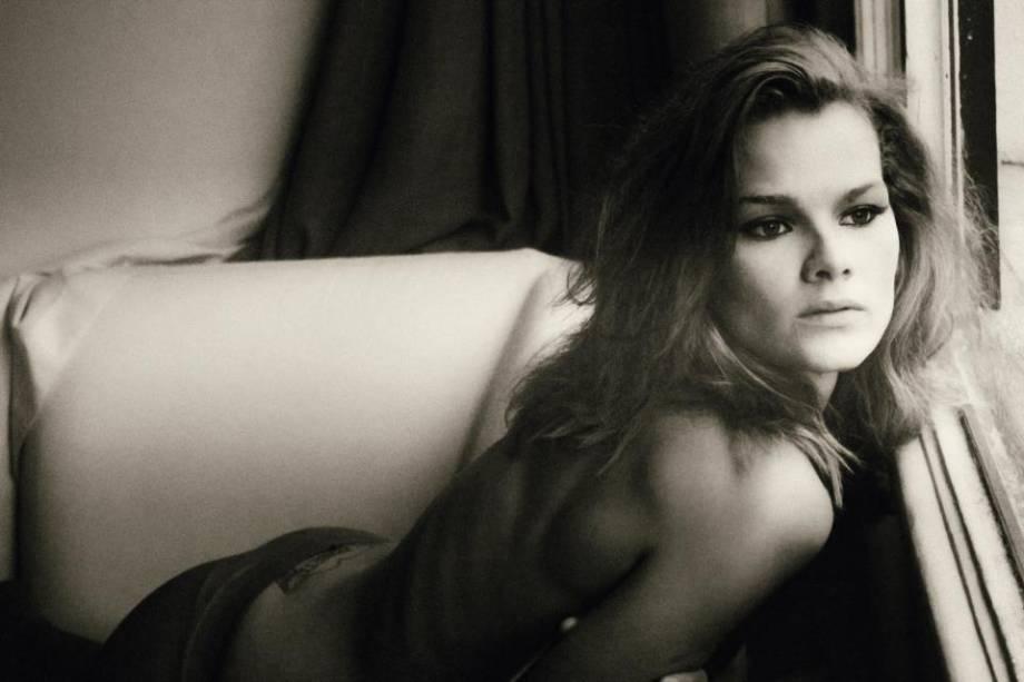 Loemy em ensaio no apartamento que dividiu com outras modelos no Itaim, na Zona Oeste de São Paulo