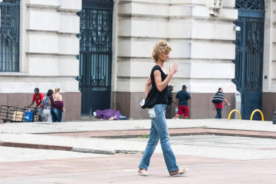 Loemy caminha próximo à Praça Julio Prestes, no centro de São Paulo