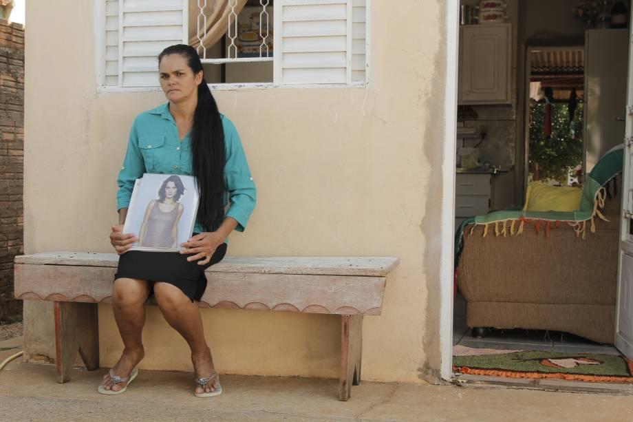 Dona Elizabeth, de 48 anos, segura book da filha no interior do Mato Grosso. Ela ora todas as noites para que a filha consiga largar o crack