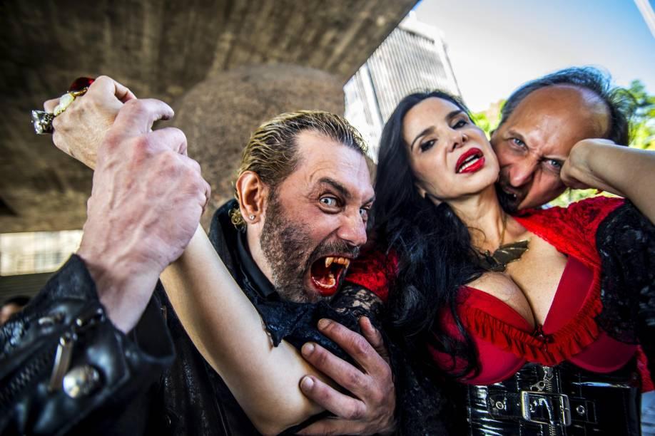"""A organizadora Liz Marins é """"atacada"""" na comemoração do Dia do Vampiro"""