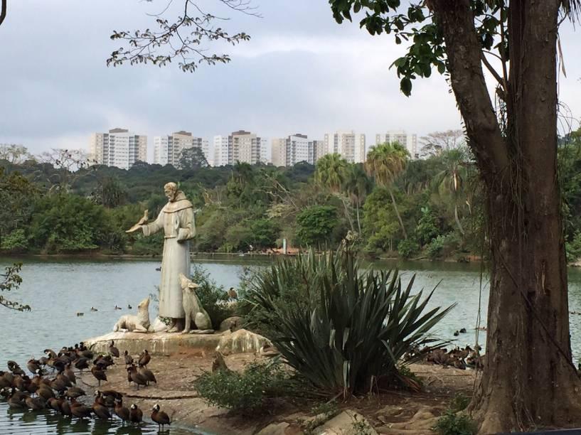 Imagem de São Francisco de Assis no lago do Zoológico