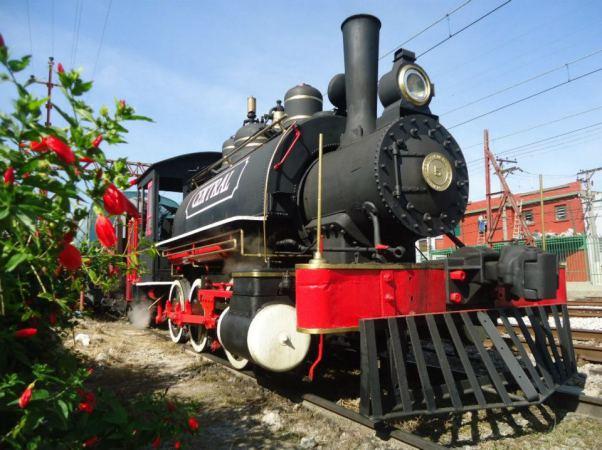 Movida a vapor, uma locomotiva original de 1922 percorre um percurso de três quilômetros a partir do Museu da Imigração