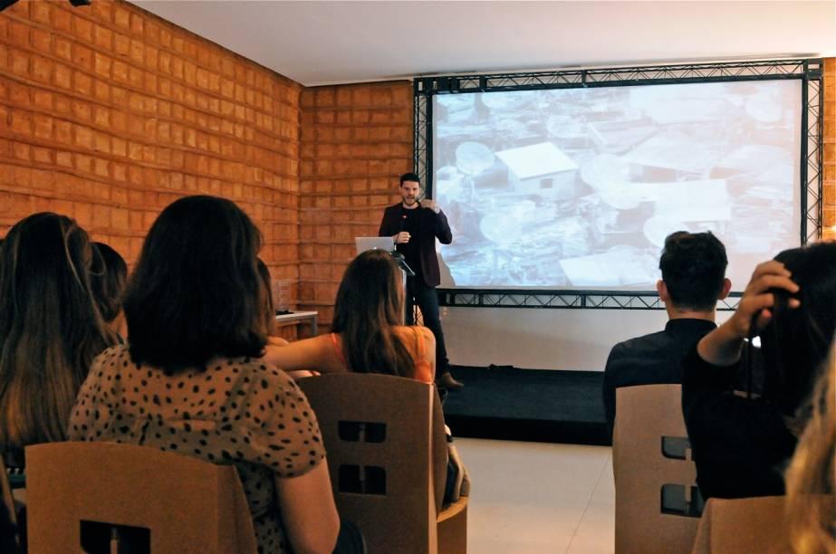 Público do evento assistindo a palestra no espaço Gafisa