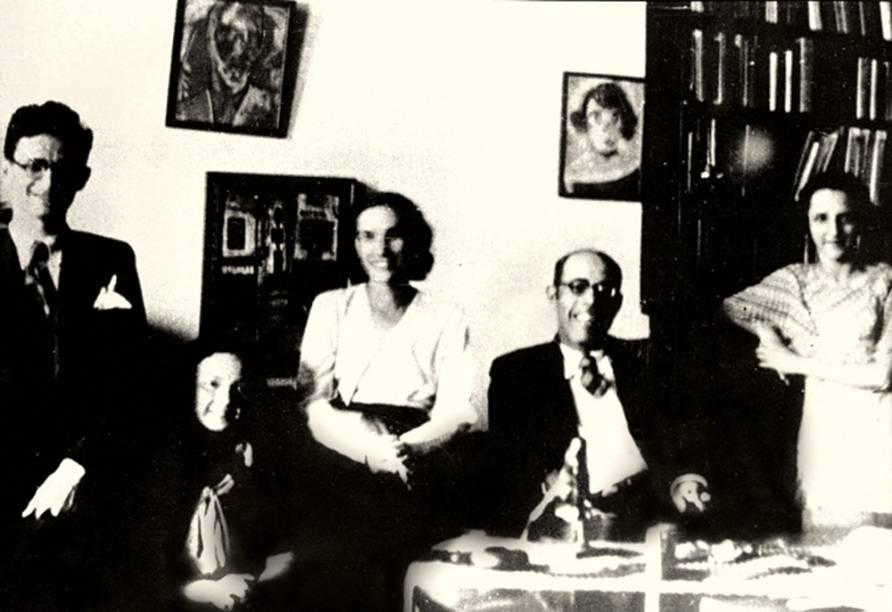 A musicista Oneyda Alvarenga, que empresta seu nome ao espaço, ao lado de Mário de Andrade: aluna de piano