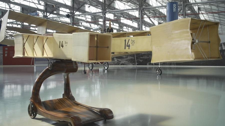 14-Bis: réplica da aeronave criada pelo brasileiro Santos Dumont