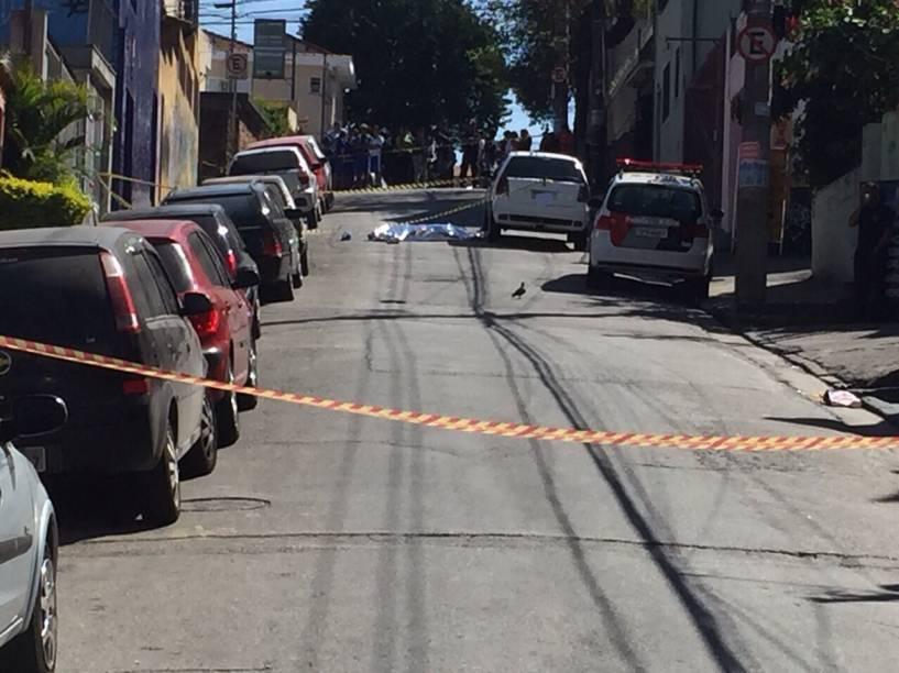 Homem foi morto na Rua Claudino Inácio Joaquim depois de trocar tiros com a polícia