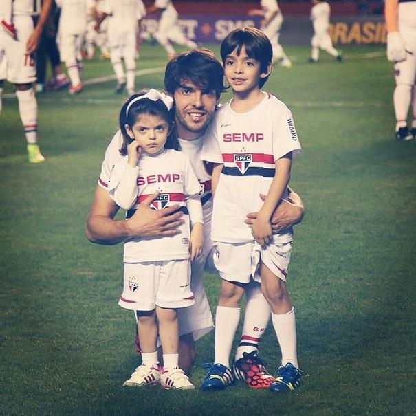 Kaká entra com os filhos em campo, em partida do São Paulo
