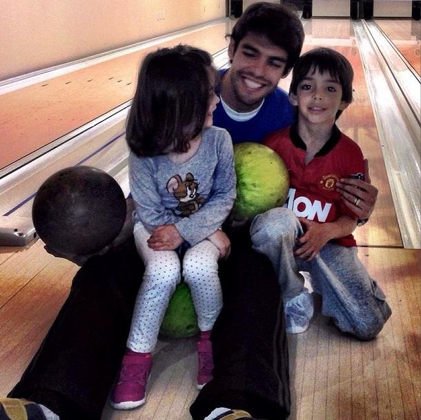 O jogador com os filhos: diversão em pista de boliche