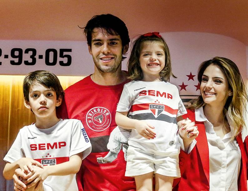 Kaká e Carol, com os filhos em seu retorno ao São Paulo