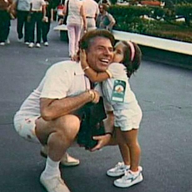 Patricia Abravanel, aos 4 anos, ao lado do pai, em um passeio na Disney: agora ele comemora a gravidez dela e a chegada do oitavo neto