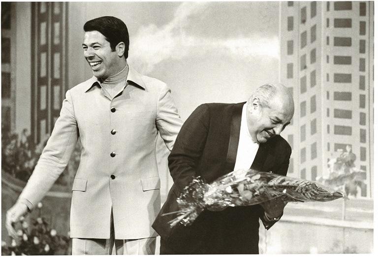 O apresentador brinca com o humorista Manoel de Nóbrega, em 1969