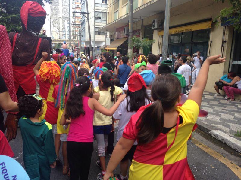 Bloco de rua Emilias e Viscondes reúne criançada