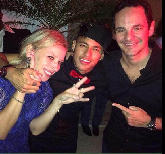 A estilista com com Neymar e o marido, Fred Pompeu
