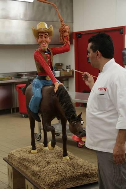 "Buddy Valastro ao lado do bolo ""cowboy"""