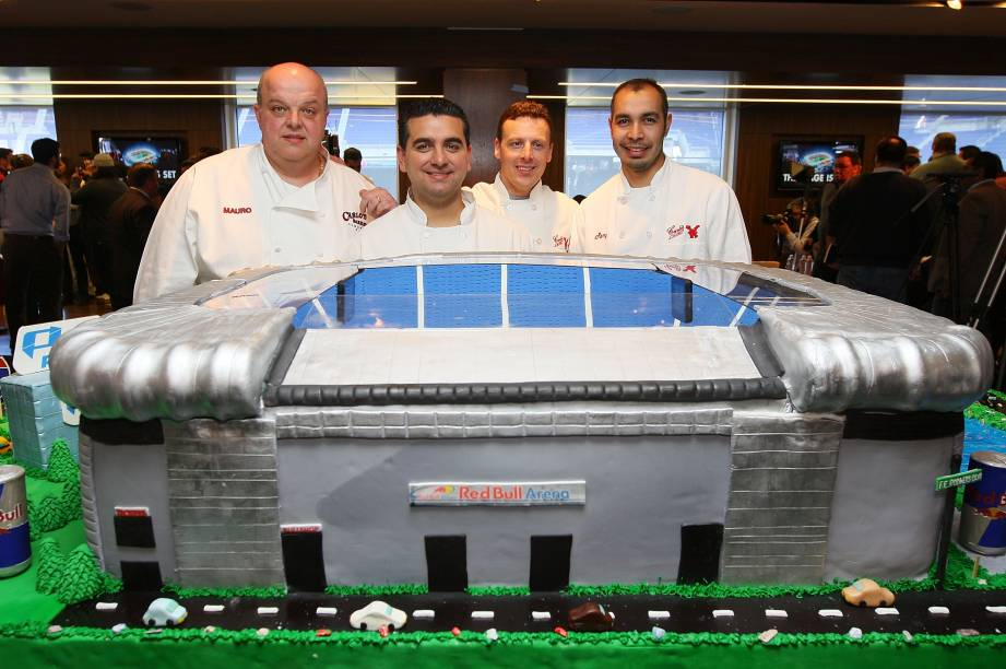 Um bolo gigante que reproduz um estádio