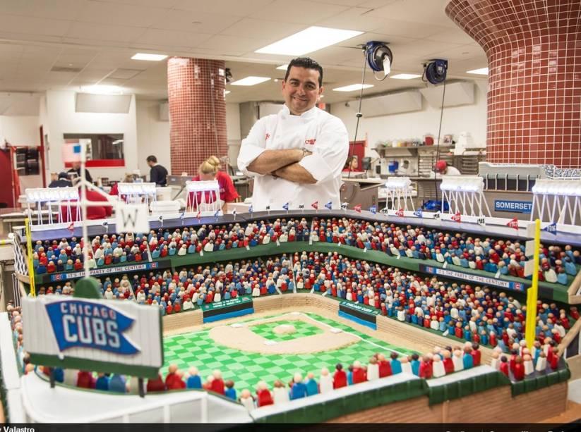 Buddy exibe uma de suas grandiosas criações, um bolo em formato de estádio de beisebol