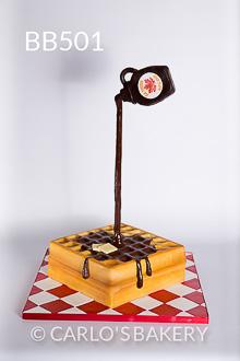 Um bolo para impressionar: imitação de wafle e com cobertura