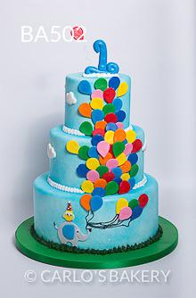 Bolo feito para aniversário de um ano abusou dos balões