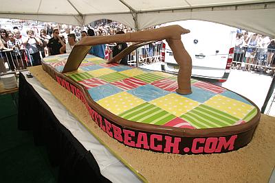 E para abrir a temporada de praias, um bolo em forma de chinelo