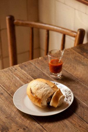 Botequim do Hugo:  sanduíche de pão francês recheado de carne moída