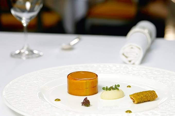 _mg_8270_libamaj_torta_tokaji_furmint_zselevel_vajas_briossal_goose-liver-cake-with-tokaji-furmint-jelly-and-butter-brioche-1-jpg.jpeg