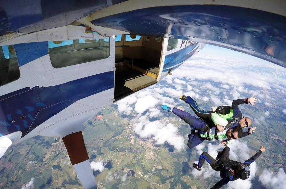 O salto é feito de um avião a mais de 3000 metros de altura