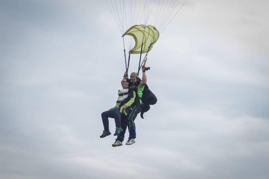 O paraquedas atinge uma velocidade de 200 quilômetros por hora