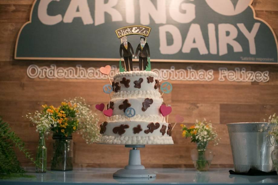 O bolo de sorvete com noivinhos personalizados