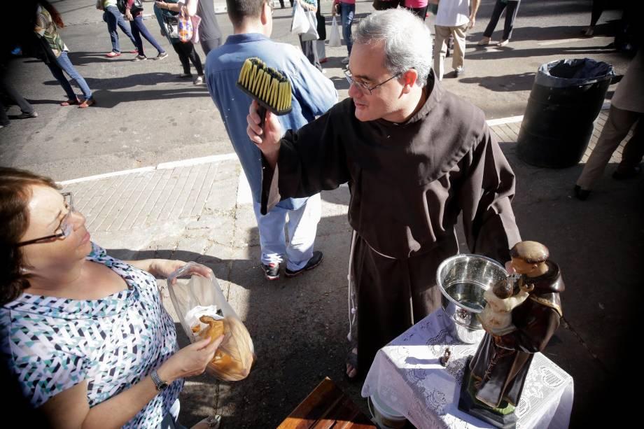 Freis benzem os pães dos devotos de Santo Antônio na paróquia do Pari
