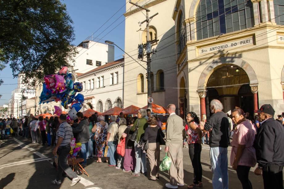 Devotos de fazem filas para comprar pão e bolo de Santo Antônio