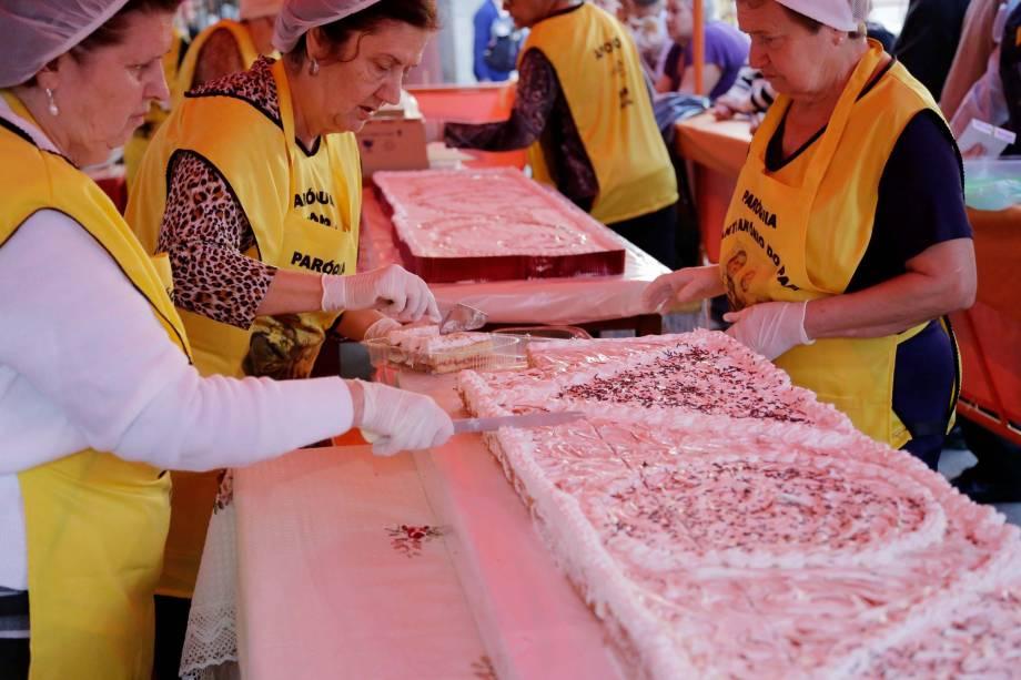 Pedaços de bolo de Santo Antônio são vendido a 4 reais. Dizem que quem come com fé arranja um casamento.