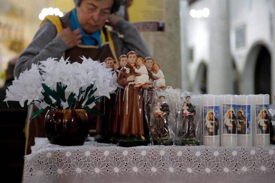 Imagens do santo são vendidas de 3 a 60 reais