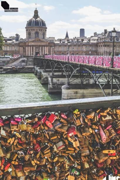 Expostos ao longo dos 150 metros da ponte, 56 painéis compõem a exibição
