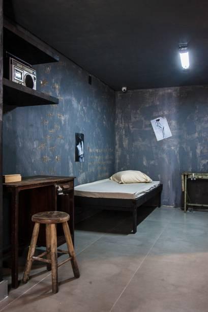 A cela da sala que imita uma prisão