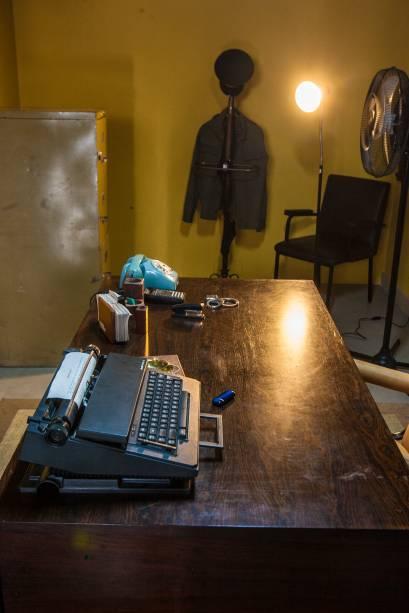 Ainda na sala da prisão, o escritório do carcereiro