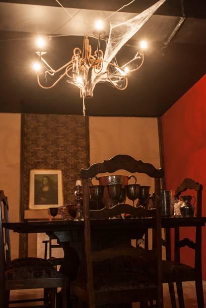 Outro espaço foi ambientado como uma sala de jantar macabra