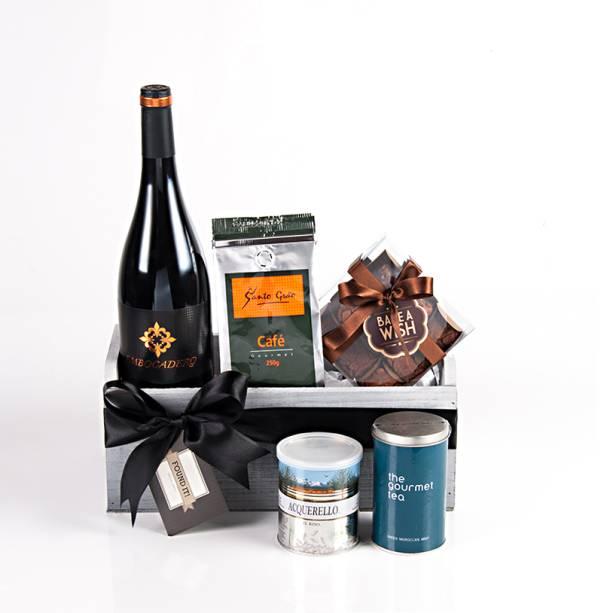 """Cesta com vinho Embicadero, chá da Gourmet Tea, brownies Bake a Wish e arroz Acquarello, R$ 200,00, da <a href=""""https://www.foundit.com.br/"""" rel=""""Found it"""">Found It!</a>"""