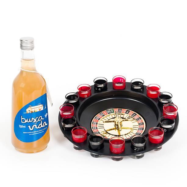 """Garrafa de Busca Vida e jogo de roletas com dezesseis copos e duas bolinhas de aço, R$ 158,00 (com a bebida) e R$ 102,00 (apenas o jogo), da <a href=""""https://www.foundit.com.br/"""" rel=""""Found It!"""">Found It!</a>"""