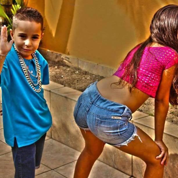 MC Vilãozin com a prima, Yasmin, de 12 anos. A carreira dele é empresariada pelo pai, Wellington Araújo, frentista