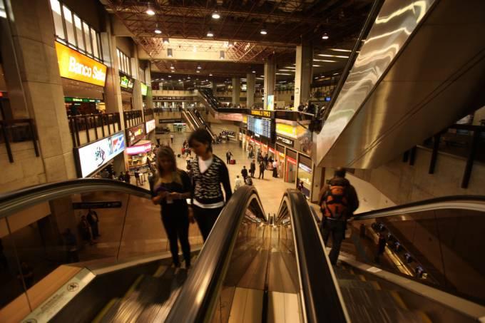 movimento-de-passageiros-no-saguao-do-aeroporto-de-guarulhos-_preview.jpeg