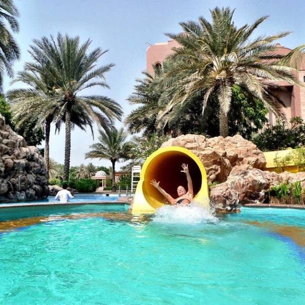 Sob carlor intenso nos Emirados Árabes, Roberto Justus se esbalda em toboágua