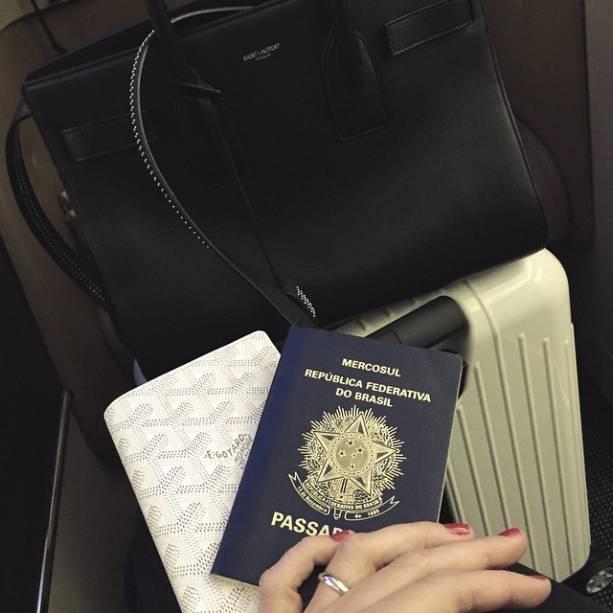 Ana Paula durante voo para os Emirados Árabes
