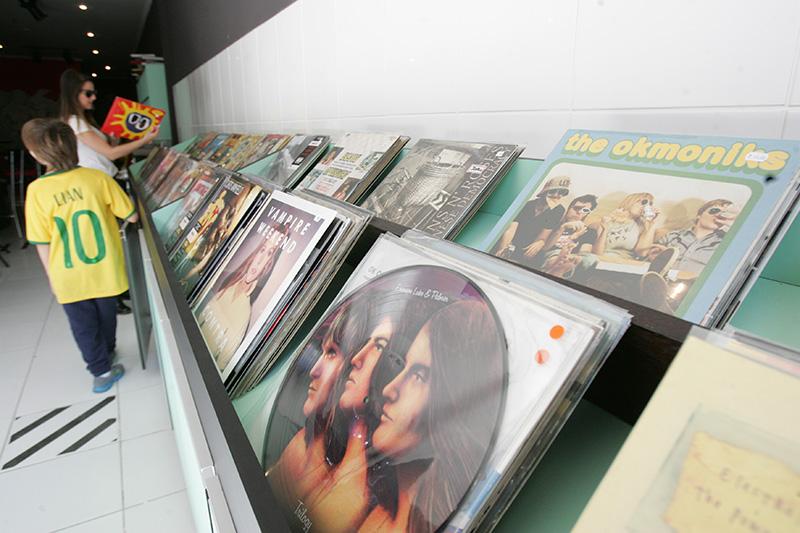 Conceição Discos & Comes: a lateral é tomada por LPs, todos à venda