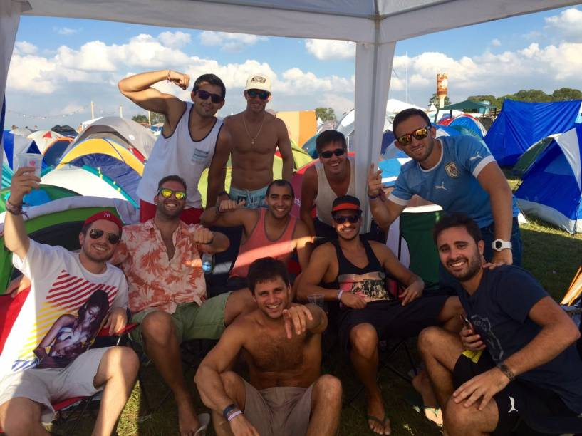 Uruguaios acampados no Tomorrowland: grupo enfrentou duas horas para pegar os ingressos