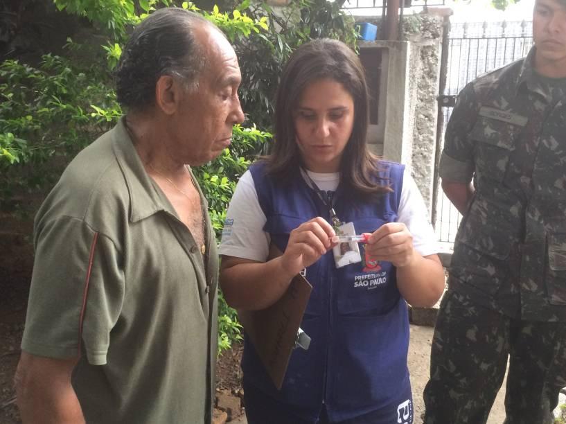 Augusto Bernal recebe instruções para reconhecer o mosquito da dengue